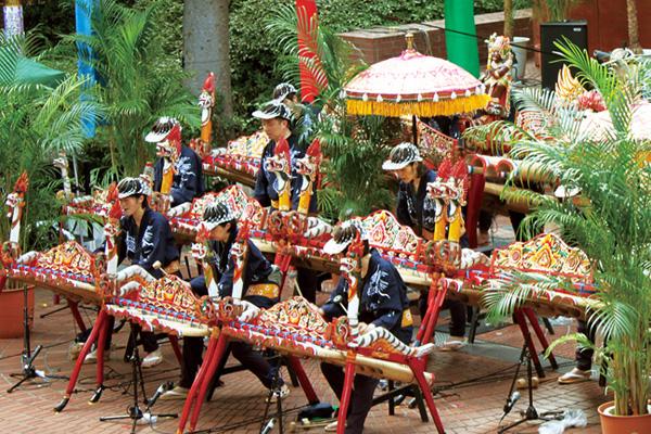 バリ島の巨竹アンサンブル〈ジェゴグ〉の演奏