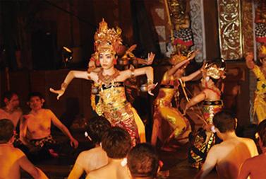 ケチャの踊り手